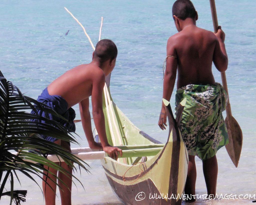 Ragazzi che vanno a pescare a Lamotrek