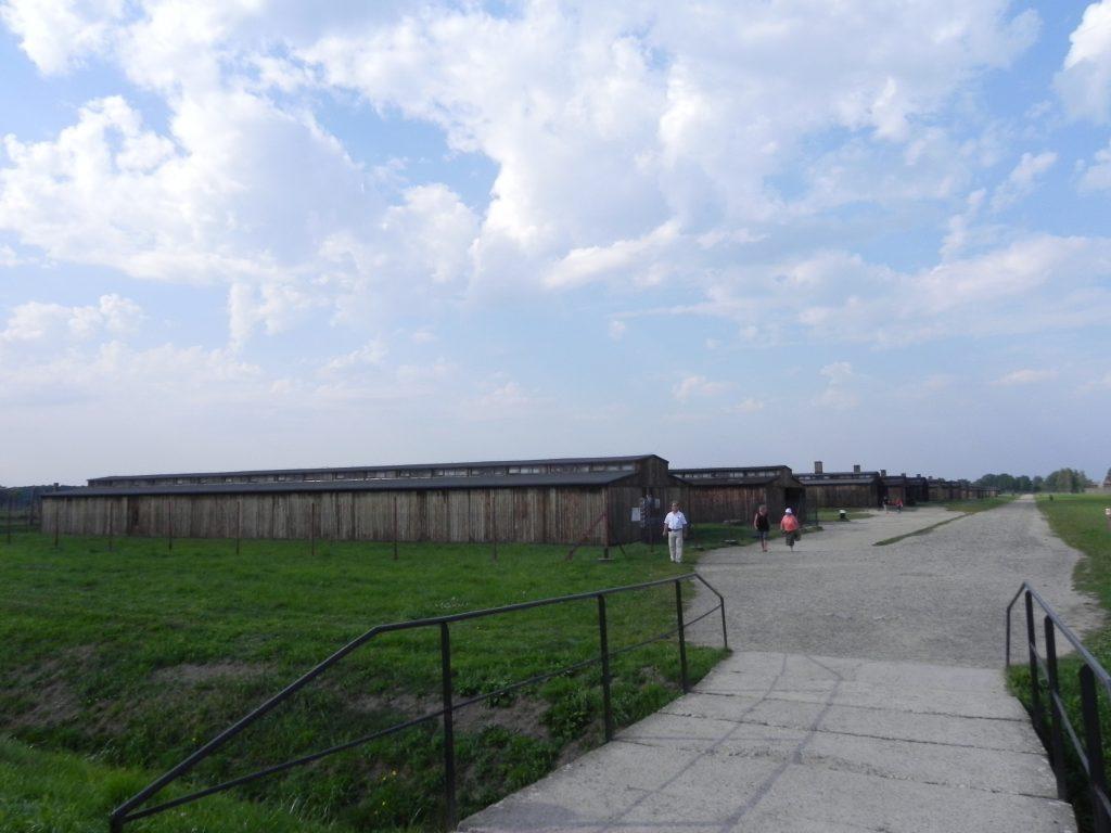 i dormitoi in legno all'entrata di Birkenau