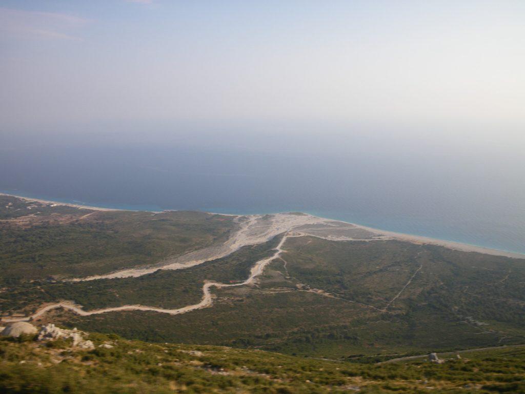 sentiero che porta al mare in Albania