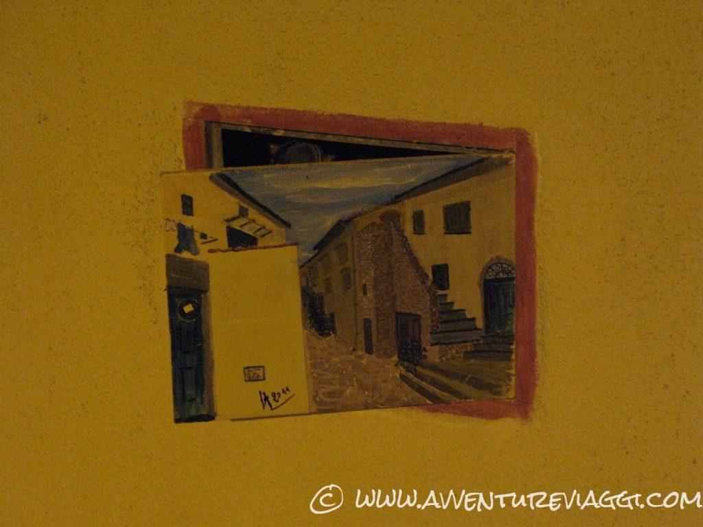 dipinti sulle porte dei contatori all'iola del Giglio
