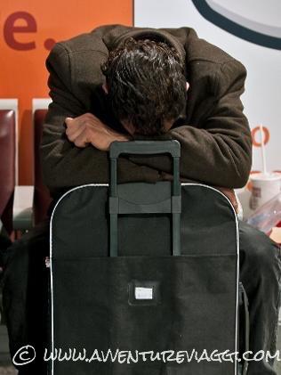 viaggio da incubo piange sulla valigia