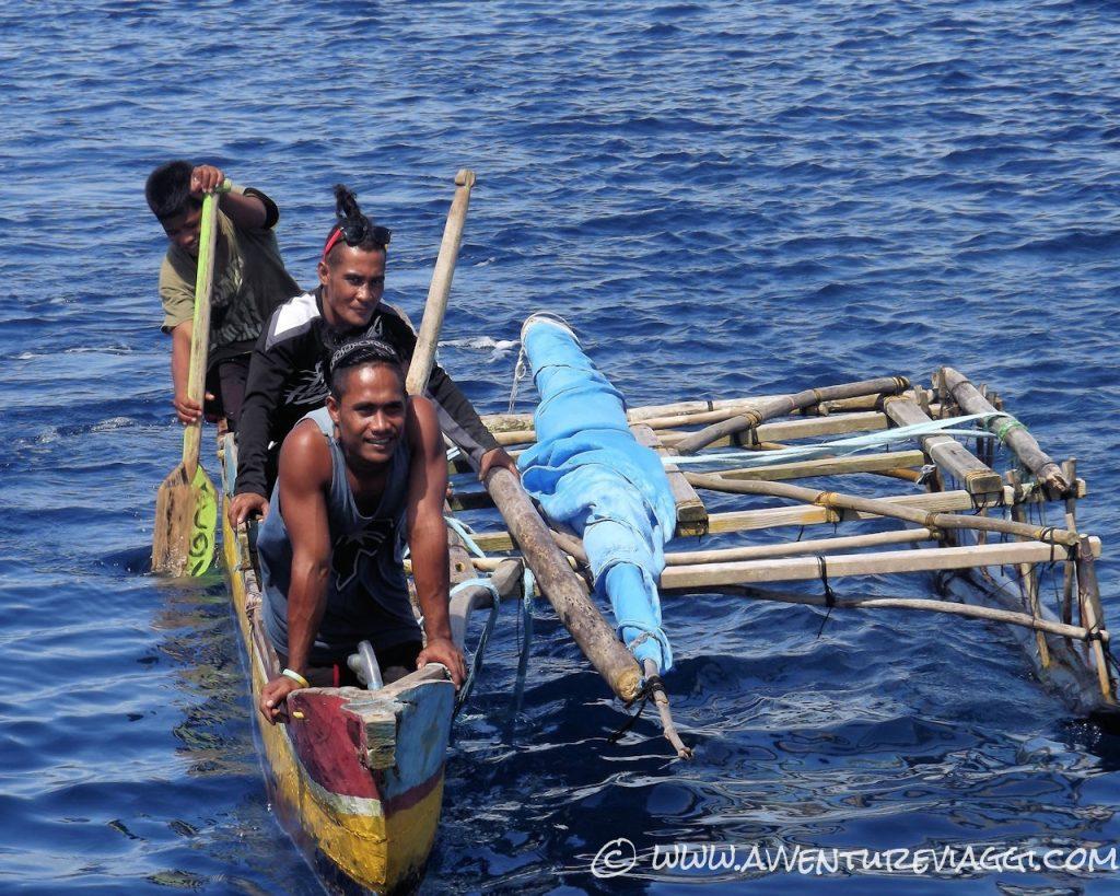 Quando arriviamo in atolli le canoe ci vengono a dare il benvenuto